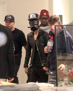 This stupid ass uses mask to avoid paparazzi. American paparazzi, really you need to stop a little.
