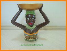 Namoradeira Kênia    peça em gesso, pintada a mão revestida com tecido no vestido . pode-se colocar frutas ou um vaso com flores, prontinha para alegrar sua casa, brincos e colar de pedras ! R$ 75,00