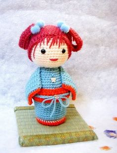 Maybe this can be translated to a loom knit project: some straight pieces, the head made from a small hat pattern with decreased crown, the hair can be made out of i-cords, for the bottom i can use a granny round.... Worth the try!
