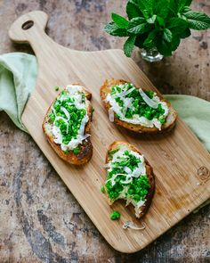 pea bruschetta with ricotta, pecorino cheese and mint A delicious quick appetizer - creamy ricotta and fresh sweet peas on crusty toasted bread.A delicious quick appetizer - creamy ricotta and fresh sweet peas on crusty toasted bread. Quick Appetizers, Appetizers For Party, Appetizer Recipes, Good Food, Yummy Food, Tasty, Bruschetta, Side Dish Recipes, Wine Recipes