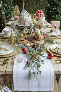 60 Most Popular Christmas Table Decoration Ideas. Decorating your table for Christmas can be as simple or as elaborate as you want to make it. But, there is one primary secret to Christmas table decor. Christmas Dining Table, Christmas Table Settings, Christmas Tablescapes, Christmas Table Decorations, Decoration Table, Outdoor Christmas, Country Christmas, Table Centerpieces, Christmas Home