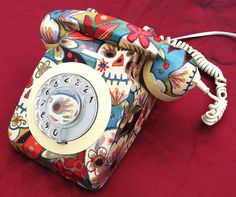 Whoa! A vintage rotary dial phone! And all tricked out for el Dia de Los Muertos!