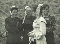 CP DE R.BINET jour de pardon en pays Glazik., costumes de cérémonie et un costume blanc de procession et de noce