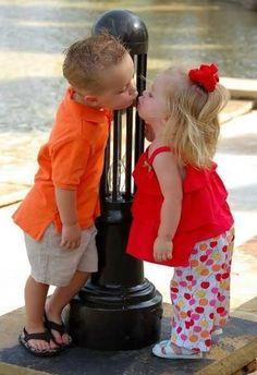 Imagens fofas de crianças se beijando, ou quase...