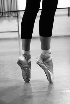 4 Things To Consider If You Want To Dance On Pointe | Ballet for Adults Pointe Shoes, Ballet Flats, Dance Shoes, Weak Ankles, St Petersburg Russia, How To Look Pretty, Lifestyle Blog, Musik, Ballerinas