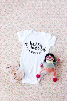 Looking for handmade baby gift ideas? Here are diy baby gifts that you can make with your Silhouette and Cricut cutting machine. Baby Gifts To Make, Handmade Baby Gifts, Onesie Diy, Onesies, Baby Onesie, Sewing For Kids, Baby Sewing, Sewing Ideas, Silhouette Projects