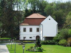 Budaházy- Fekete Kúria Borászat, Erdőbénye - A gondozott parkkal körülvett Budaházy-Fekete-kúria kora barokk stílusban épült a XVII. században. A XVIII-XIX. században kibővítették. Igényesen helyreállították, az épület egy emeletes, L alaprajzú.  A tokaji hegyvidék egyik gyöngyszeme, Erdőbénye. Itt indítottuk el családi borászatunkat, mely a jövőben a tradicionális és a modern borászati technológia ötvözésével, prémium minőségű borok előállítását tűzte ki célul.