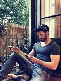 Bearded guy trying to text with one hand.