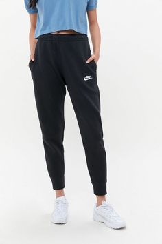 The perfect basic, classic jogger with sweatpants Nike Sportswear Club Fleece Jogger Pant Cute Lazy Outfits, Teenage Outfits, Teen Fashion Outfits, Cute Athletic Outfits, Gym Outfits, Athletic Clothes, Cute Nike Outfits, Athletic Style, Fitness Outfits