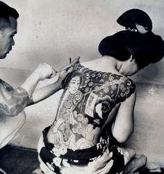 """Irezumi de 1937  Esta é uma foto de Imprensa, de 1937, que foi cortado para baixo de uma fotografia maior em algum momento durante a sua vida. Na parte de trás é digitado o seguinte: """"Tattoo / Tatuagem. Porque eles acreditam que a tatuagem faz bela muitas mulheres japonesas suportar o doloroso processo sem um opiáceo. Eles gastam centenas de dólares desta forma."""
