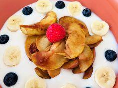 Appeltjes gestoofd met gember en overgoten met een zelfgemaakte super-easy kaneelsiroop, hmm. Je krijgt het er vanbinnen heerlijk warm van. Voeg daarbij je favoriete yoghurt, topping naar keuze en nog wat extra fruit en je kan de dag goedgeluimd starten. Aan het ontbijt zal het niet liggen 🙂 Dit ontbijt of snackje stoom je klaar op 10 minuten. Pancakes, Fruit, Breakfast, Food, Morning Coffee, Crepes, Griddle Cakes, Meals, Pancake