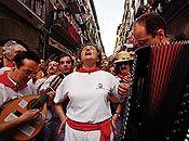 El día 7 de julio, a las 10 de la mañana, parte la procesión de San Fermín desde la parroquia de San Lorenzo. El recorrido se llena de gente que quiere ver al santo y a la comitiva que lo acompaña. http://www.sanfermin.com/index.php/es/la-fiesta/procesion