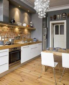 Déco rustique dans une cuisine avec crédence mur en brique