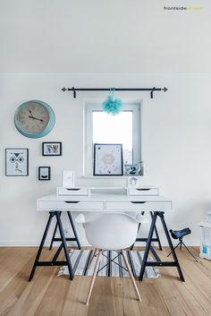 Aranżacja pokoju biurowego w skandynawskim stylu, niemal całego skąpanego w kolorze świeżej bieli. Pojedyncze błękitne...
