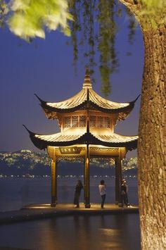 杭州 西湖 : Zhejiang, China. Photo by Ian Trower.
