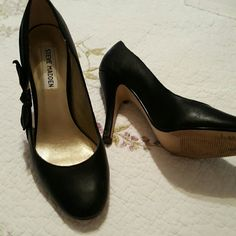 Steve Madden black shoes Side bows on each shoe giving you a sophisticated look,  what an easy way to dress up a boring dress. The shoes have an upper leather and have been gently worn Steve Madden Shoes Heels
