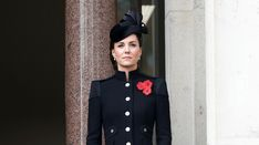 PHOTOS – Kate Middleton chicissime et solennelle aux côtés de la reine et Camilla - Gala Kate Middleton Latest, Looks Kate Middleton, Kate Middleton Photos, Military Style Coats, Military Looks, Prince Charles, Elizabeth Ii, Look Star, Camilla Duchess Of Cornwall