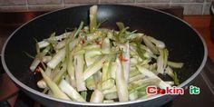 Puntarelle di cicoria catalogna con peperoncino. Italian vegetarian recipes.
