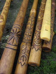 New Wood Carving Designs Walking Sticks Ideas Hand Carved Walking Sticks, Wooden Walking Sticks, Walking Sticks And Canes, Walking Canes, Wooden Flute, Dremel Wood Carving, Native American Flute, Wood Carving Designs, Creation Deco