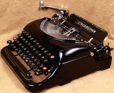 Fabulous Typewriters Every Writer Dreams About - vintagetopia Manual Typewriters For Sale, Vintage Typewriters, Typewriter For Sale, Antique Typewriter, Plywood Furniture, Design Furniture, Vintage Design, Vintage Love, Kelly Wearstler