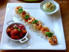 As a starter or for a light dish, here is a simple and tasty recipe. Even the simplest dish looks gourmet with a pretty presentation. It's my little trick so that my husband and my children have the impression of eating every day … by Shrimp Avocado, Scampi, Restaurant Design, Starters, Italian Recipes, Entrees, Sushi, Food And Drink, Impression