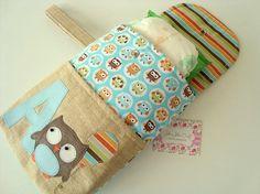 O kit é composto um porta fraldas e um porta lenço umedecido confeccionados em tricoline, estruturados e com aplicações do tema.  São duas peças perfeitas para a organização da bolsa do bebê.
