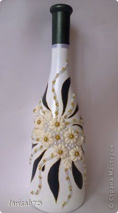 flowered bottle B/W Reuse Bottles, Painted Wine Bottles, Recycled Bottles, Bottles And Jars, Glass Bottles, Decorated Wine Bottles, Wine Bottle Glasses, Wine Bottle Art, Diy Bottle