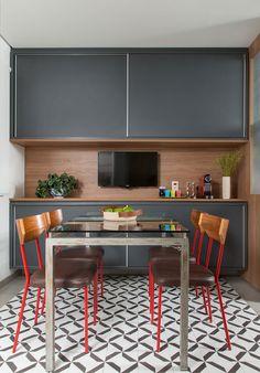 Decoração de casa. Mesa de jantar com tampo de vidro, cadeira vermelha, cadeira com encosto de madeira, TV, armário preto, revestimento de madeira. #decoracao #decor #details #casadevalentina