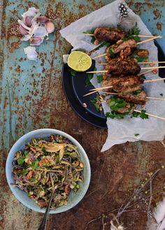 Mums! Att det kan bli så mycket godare att äta saker på spett :DPerfekt att servera på ett buffébordockså då det är lätt att plocka och äta medhänderna :) Tips på merbuffé mat:...
