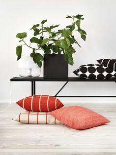 Coussin Varvunraita / 50 x 50 cm Varvunraita / Orange & rose - Marimekko Marimekko, Ponche Navideno, Geek Decor, Textiles, Nordic Design, Spring Home, Scandinavian Interior, Cushion Covers, Cushion Pillow
