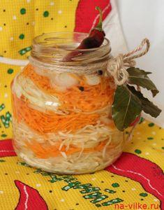 Капуста быстрого посола по-вьетнамски. Время приготовления: 30 минут + 12 часов для засолки  Ингредиенты: капуста белокочанная – 300 г; морковь – 200 г; лук репчатый – 3 штуки; чеснок – 2-3 зубчика; уксус столовый 9% — 1,5 столовых ложек; для рассола: вода – 0,5 л; сахар – 5 столовых ложек; соль – 2 ч. ложки; душистый перец – горошек – 15 штук; лавровый лист – 3 штуки; перец острый – 1 стручок.