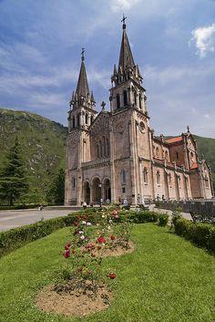 Santuario de Covadonga, Asturias. La reconquista de España a los moros comenzó aquí en una batalla liderada por Don Pelayo.