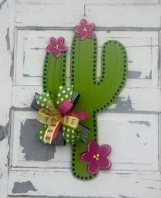 Cactus With Pink Flowers, Cactus Flower, Baby Door Hangers, Burlap Door Hangers, Cactus Craft, Cactus Decor, Wood Crafts, Diy Crafts, Fiesta Decorations