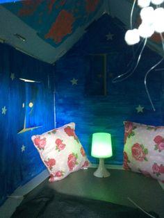zelfgemaakte huisje thema licht en donker, de kleuters werkten mee doordat ze schilderijtjes maakten met lichtgevende verf. Deze schilderijtjes kleefden we op het plafond van ons huisje! :)