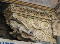 San Lorenzo a Genova. L'architrave è sorretta da mensole sulla cui parte frontale sono scolpite scene raffiguranti la consolazione che i fedeli ottengono dalla Fede.