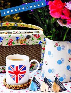 Sabe a té azul, a té negro, otras veces a té con chocolate... Algunos lo llaman #primavera, a nosotros nos gusta más llamarlo #lateterazul :) ¡¡Buenos días!! www.storepharmadus.com #teas #infusiones #gourmet #spring #spring2015 #springtime #breakfast #desayuno #flores #vintage Chocolate, Mugs, Spring, Tableware, Gourmet, Blue Nails, Black, Vintage Flowers, Bom Dia