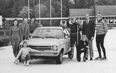 Concourslaan kunstijsbaan Groningen 1972.  Rechts Jan Uitham rechtsvoor zijn zoon Jan Alex Uitham. Opel als hoofdprijs in de loterij voor behoud van de ijsbaan.