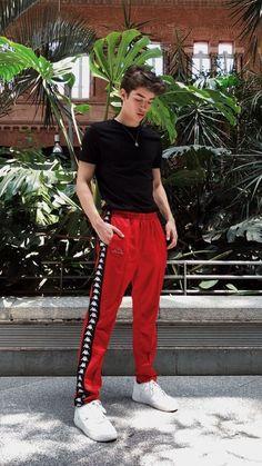 Look Masculino Verão para Réveillon  com calça vermelha e camiseta preto  #modamasculina #moda #estilo #verao #masculino #lookmasculino #festa #trabalho