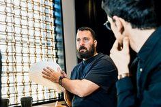 """Möbeldesigner Philippe Malouin hält den robotergefertigten Filzwerkstoff """"Feltscape"""" in den Händen, der vor allem zur Schalldämmung in Innenräumen dienen soll. (Foto: Gabriela Herman) #lexusdesignaward #adgermany"""