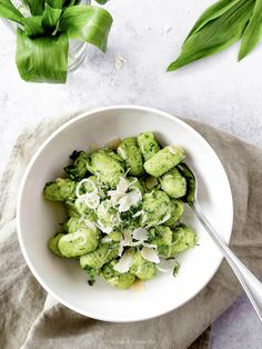 Glutenfreie Bärlauchgnocchi Parmesan, Avocado Toast, Sprouts, Spinach, Vegetables, Breakfast, Kraut, Food, Cilantro Recipes