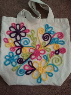 My New grocery bag, decorated with colorful yarn. Sewing Tutorials, Sewing Projects, Diy Tote Bag, Reusable Tote Bags, Painted Bags, Jute Crafts, Art Bag, Embroidered Bag, Bag Patterns To Sew