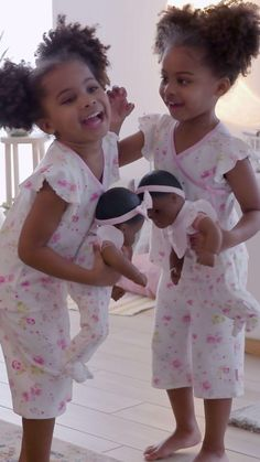 Bitty Baby® is oh-so-huggable and comes with a world that leads to hours of play—and a love that lasts. Toddler Girl Style, Toddler Fashion, Baby Dolls For Toddlers, Baby Doll Accessories, All American Girl, Baby Learning, Bitty Baby, Girl Online, Baby Toys