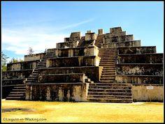Zaculeu, Guatemala Las ruinas de Zaculeu estan cerca de Huehuetenango, una ciudad moderna de Guatemala. Conectaba Kaminaljuyú y Teotihuacán en la era Maya.