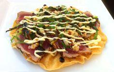 Papadums with tuna Lunch Snacks, Yummy Snacks, Yummy Food, Fish Dishes, Tasty Dishes, Sushi Fish, Tapas Menu, Vegetarian Recipes, Healthy Recipes