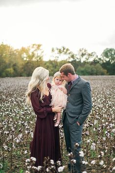 Loving the cotton field - Family Photo Inspiration - Family Photography - Family Photo Session Ideas / Family Photoshoot Fall Family Picture Outfits, Family Photo Colors, Family Portrait Outfits, Family Picture Poses, Fall Family Pictures, Photo Couple, Family Photo Sessions, Family Posing, Holiday Family Photos