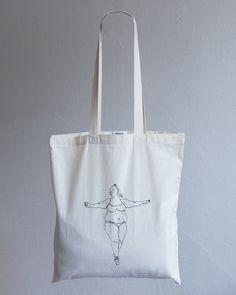 Denisa Slavkovská a jej Tučná teta je viac ako len taška. Je to dizajn limitovanej edície značky Bagbet. Vyrobené s láskou zo 100% bavlny. Šírka tašky je 37cm a výška 41cm. Cena je vrátane poštovného a DPH.