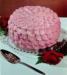 Pink Cake – love the icing on this one - Babyshower Pink Cake Ideen Rose Petal Cake, Rose Cake, Rose Petals, Retro Recipes, Vintage Recipes, Vintage Baking, Vintage Food, Vintage Cakes, Pastry Cake