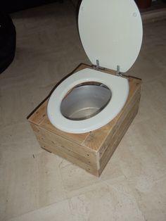 Toilette s che int rieure avec bac copeaux de bois la toilette s che est p - Toilette seche interieur maison ...