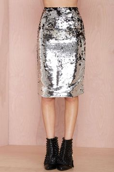 silver metallic sequined high waisted pencil skirt for all seasons. It'd be especially cute for a party or christmas dinner. Maxi Pencil Skirt, High Waisted Pencil Skirt, Modest Outfits, Cool Outfits, Style Wish, My Style, Nasty Gal, Unique Fashion, Sequin Skirt