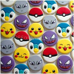 Pokemon cookies using a simple circle cookie cutter. Cookies For Kids, Fancy Cookies, Iced Cookies, Cute Cookies, Royal Icing Cookies, Cookies Et Biscuits, Sugar Cookies, Pokemon Birthday, Pokemon Party